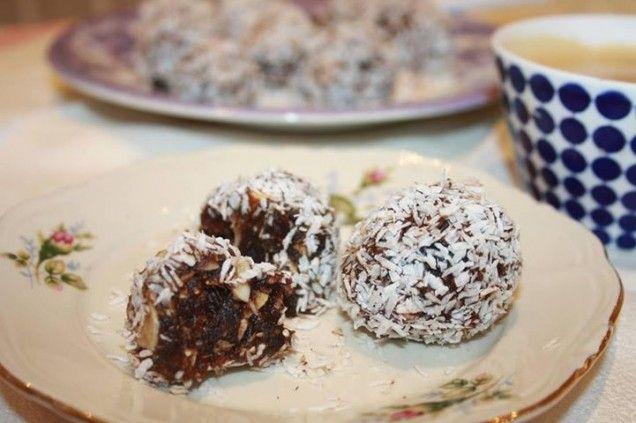 Chokladbollar, kokosbollar, havrebollar. Ja you name it. Jag är liskom galen i alla de bollarna! Här kommer en variant på en chokladboll, en variant gjord på mesta dels dadlar och nötter. Ett...
