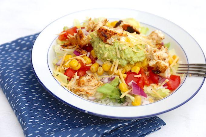 Op zoek naar een lekker, simpel en snel recept? Wat dacht je van een burrito bowl met sla, rijst, avocado en kip? Super lekker!