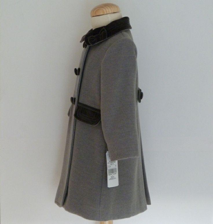 Abrigo para bebé color gris, muy suave y confortable.