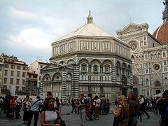 """Baptysterium San Giovanni we Florencji.  Konkurs na drzwi północne do Baptysterium (1336) wygrał Lorenzo Ghiberti (przegrał Filippo Brunelleschi). Wykonał także słynne """"Porta del Paradiso"""" (drzwi wschodnie). Drzwi południowe zaś wykonane zostały przez Andrea Pisano, ozdobione scenami z życia św. Jana Chrzciciela (patrona Florencji) Kopułę zaś zaprojektował Brunelleschi."""