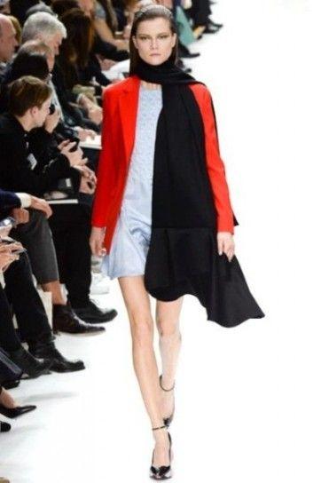 Giacca rossa, abito grigio e stola nera Dior