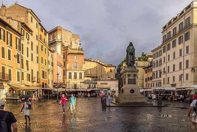 Campo de' Fiori - Top 10 Tourist Attractions in Rome http://www.traveloompa.com/top-10-tourist-attractions-in-rome/