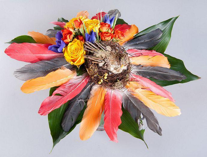 Великолепный мастер-класс к Пасхе! Для композиции нам потребуются:          Веточки березы (тонкие) и коричневое кокосовое волокно для плетения гнезда (либо готовое декоративное гнездо)     Белые перья (если не хотите красить, можно взять цветные)     Спрей-краска (для перьев)     Декоративная лента, пасхальный декор – птица или цыпленок     Цветы: у нас это ирисы, кустовые оранжевые и желтые розы, аспидистра     Плотный картон (можно использовать упаковочный)     Клей, тейп-лента…