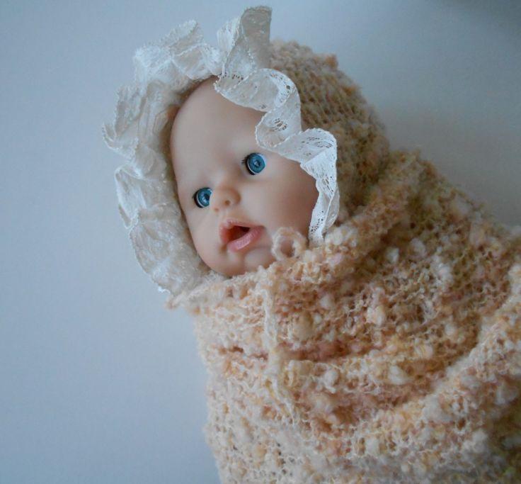 Set pro miminko Set se skládá z dečky a čepičky, může se hodit na focení miminek nebo i jako dárek k narození miminka. Čepička je upletená z jemné meruňkové buklé vlny a ozdobená bavlněnou krajkou po babičce. Čepička má šňůrku na zavazování, velikost je novorozence. Rozměry čepičkyjsou: šířka 2x 13cm, výška 14xcm. Dečka je upletená ze stejné vlny a má ...