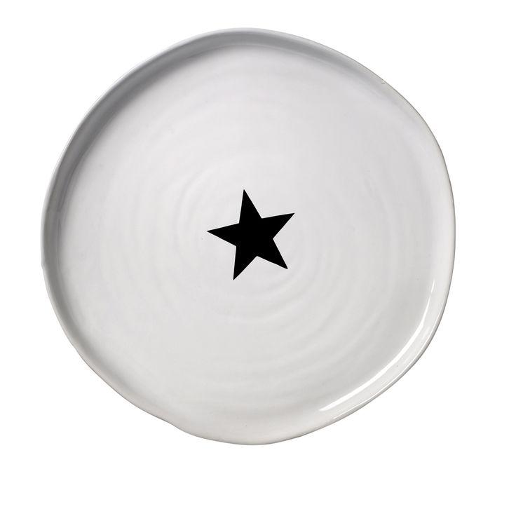 Duży talerz ceramiczny z gwiazdką marki Bloomingville. Ten przepiękny talerz może posłużyć również jako taca na którym podasz przekąski, owoce, przepyszne wypieki. Został wykonany ręcznie i ma charakterystyczne nierówne wykończenie co nadaje mu dodatkowego uroku. Każdy talerz jest inny a jako zastawa będzie prezentował się wyjątkowo! Idealny na prezent!  Średnica 26 cm Wysokość 1,5 cm Myć ręcznie.