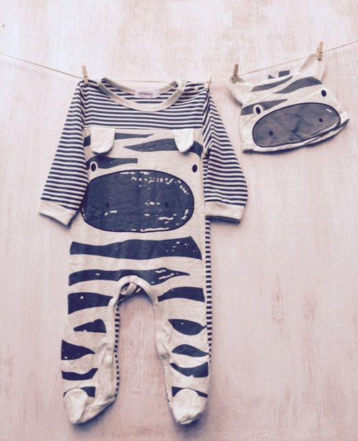 Zebra Strampler und Mütze. Aus Baumwolle/Lycra. Gestreifte zurück...  Bitte beachten Sie: Größe 3-6 Monate ist eine geschlossen Füße alle in einem Strampler...