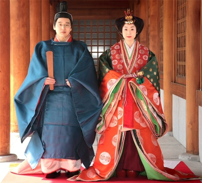 A man and woman dressed in heian robes, probably for a wedding.