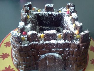 Et voici le gâteau au chocolat château fort fait dans le moule châteaux Scrapcooking ! La recette se trouve ici Bien sûre on peut le décorer plus avec bonbons et pâte à sucre, mais c'était un essai pour l'anniversaire d'Océane, 5 ans bientôt!