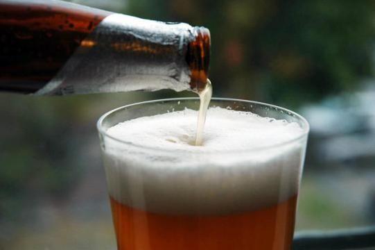 """BRASILEIRO TOMA ÁGUA COM MILHO E PENSA QUE É CERVEJA Grandes marcas nacionais como Kaiser, Skol, Brahma, Antarctica, Bohemia e Itaipava trocam cevada por milho transgênico. O Brasil, que hoje é o terceiro maior produtor da bebida no mundo, tem na cerveja a bebida preferida dos mais de 200 milhões de habitantes. Mas, curiosamente, a bebida que é servida por aqui, na grande maioria dos casos, não é cerveja. A """"Reinheitsgebot"""", Lei da Pureza da Cerveja, foi promulgada em 23 de abril de 1516..."""
