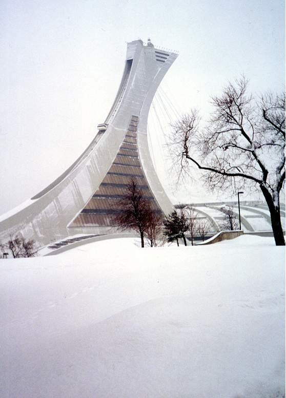Le Stade Olympique de Montréal sous la neige.