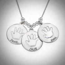 Nimikoru äideille lapsen kädenjäljellä  Tähän nimikoruun saat 1-3 riipusta, joissa on lapsen kädenjälki ja haluamasi nimet. Kaunis koru antaa lahjaksi äidille tai hankkia itselle lasten nimillä!