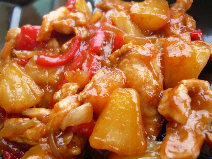 Poulet à l'ananas 4 blancs de poulet -1 boîte d'ananas -2 poivrons rouges -3 oignons -2 gousses d'ail -4 c à s de sauce soja claire -huile de sésame -4 c à s de sauce soja sucrée -2 c à s de sauce d'huîtres
