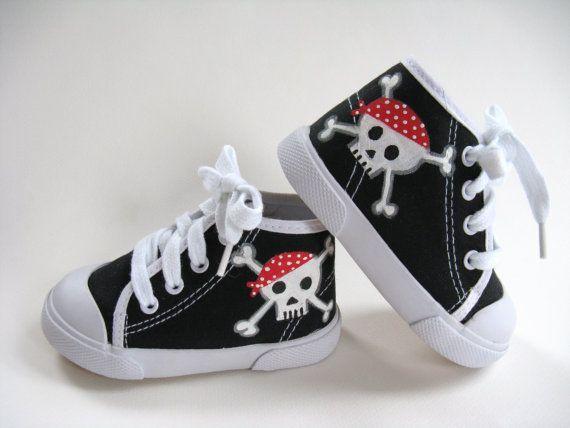 Barnskor - Boys Pirate Shoes Skull and Crossbones by boygirlboygirldesign - Hos www.shoelovers.se