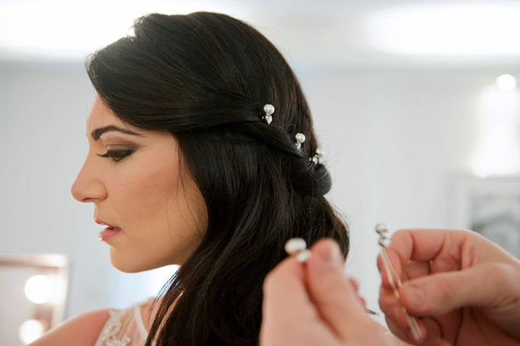 Le designer di Amatelier creano i gioielli per il tuo abito da sposa. www.amatelier.com