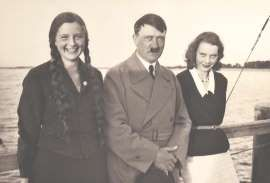 Adolf Hitler ze swoimi siostrzenicami – Geli (z lewej) i Elfriede Raubal