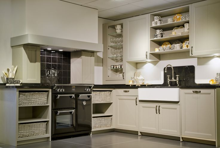 Massief houten keuken,€ 7950.- exclusief apparatuur** zelf demonteren in onze winkel*, excl. oven, en excl .apparatuur