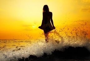 девушка, пляж, волны, закат, красиво
