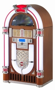Ricatech RR2100 XXL Retro LED Jukebox Light Wood. Deze jukebox wordt compleet geleverd met een CD-speler, digitale AM/FM-radio, 3-toeren platenspeler welke geschikt is voor uw 33-, 45- en 78-toeren platen, USB-poort en SD-kaartsleuf. Met de opnamefunctie kunt u met 'één druk op de knop' rechtstreeks uw vinylplaten, CD's en SD-kaarten op een USB-stick vastleggen. Met de opnamefunctie kunt u tevens bestanden van USB naar SD kopiëren.