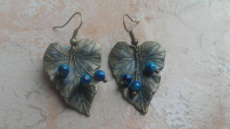 Cercelusi din frunze bronz patinate si agate albastre.