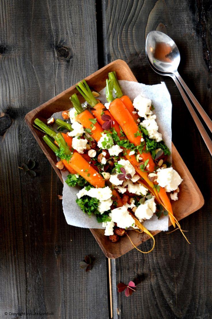 Spæde gulerødder med feta, nødder og urter