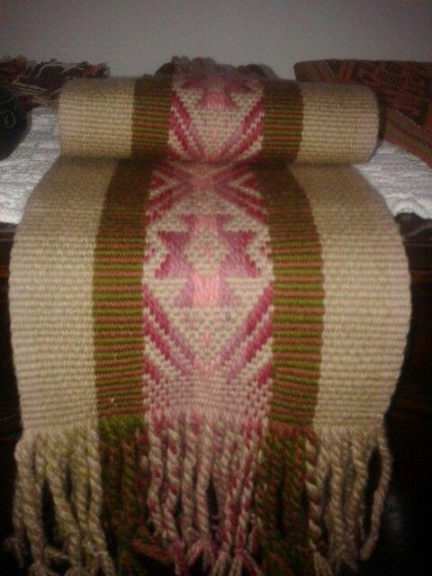 Camino de mesa en la tecnica de urdimbre suplementaria y tejido plano,con lana pura teñida 2/7.(mapuche)