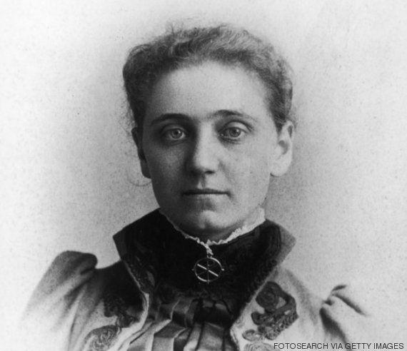 ... Jane Addams, uma das líderes pioneiras do movimento pelo sufrágio feminino, que fundou a Hull House (uma casa de abrigo e atividades sociais) em Chicago, em 1889, e a Liga Internacional de Mulheres pela Paz e pela Liberdade, em 1915. Como se isso não bastasse, ela ainda ganhou o Prêmio Nobel da Paz, em 1931.