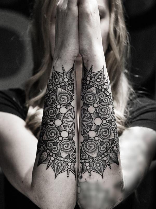 tatuaje de mandala simétrico en os dos brazos.