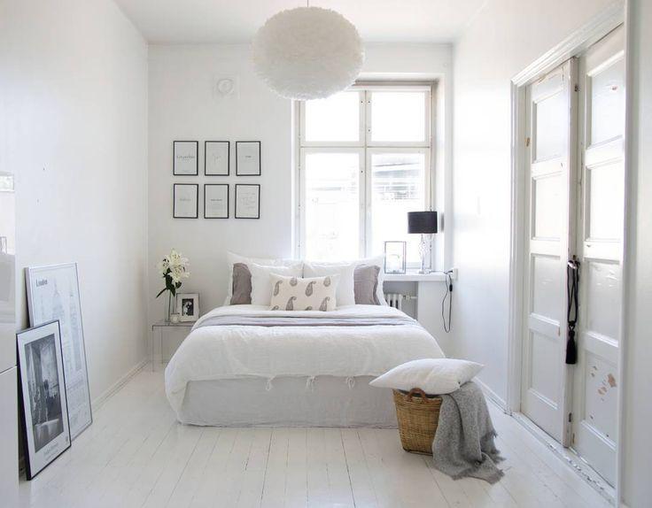 Rennon yksinkertaista ja valoisaa. Huomaa myös ihana valkoinen puulattia, joka moninkertaistaa ikkunoista tulevan valon.