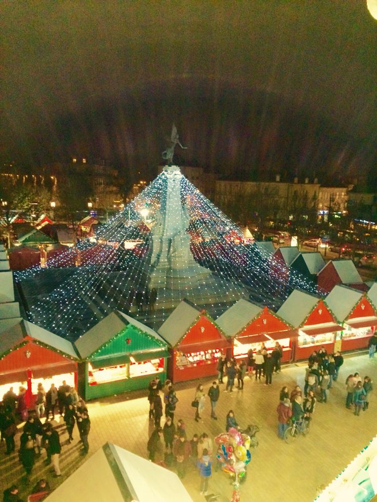 Marché de Noël à Dijon  Christmas market in Dijon by night, so lovely
