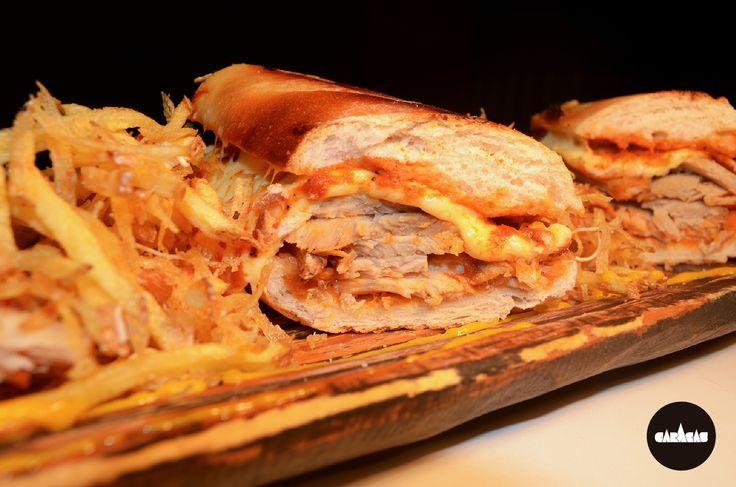 #PicadaCB Sándwich de pernil: fetas de pierna de cerdo horneada sobre pan crocante + queso derretido + nuestra salsa meatball