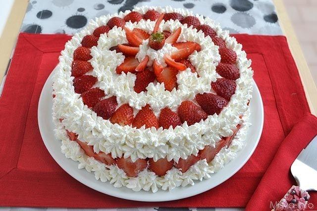 Questaè la ricetta della mia mamma per preparare la tortaalle fragole, la classica torta che si prepara il mese di maggio a casa mia. Da quando ho
