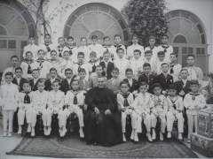 """""""Listos y confesados para la comunión en la iglesia de los Hermanos Maristas de San Pedro de Huelva en 1959""""."""