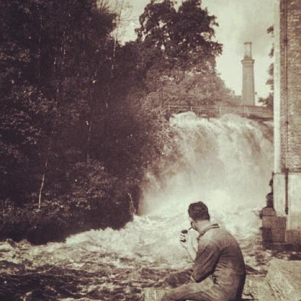 """@akerselvadigitalt's photo: """"Instagram anno 1906. Fram til 1860-åra var Akerselva ei god lakseelv, men fabrikkenes stadige utslipp gjorde slutt på det. Utslipp fra fabrikker og kloakk gjorde Akerselva til en stinkende pøl. Det ble så ille at de konservative i 1915 foreslo å legge lokk over elva. Helt fram til 1990-tallet tok utslipp med jevne mellomrom liv av alt levende i elva. Det er nå over, noe som gir stadig bedre bade- og fiskemuligheter."""""""
