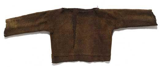 Kvindens dragt i bronzealderen:  Bluser. Blusen er en tætsiddende beklædningsdel lavet af et enkelt stykke stof. I taljen kan der være tilsat mindre stykker stof for at forlænge dragten. Komplet bevarede bluser er fundet i egekistegraven fra Borum Eshøj C i Østjylland, og i gravene ved Egtved og Skrydstrup i Sydjylland. De er alle dateret til ældre bronzealder. At blusen er fremstillet af et enkelt stykke stof tyder på, at modellen har sit udgangspunkt i et skindmateriale. De klippede kanter…