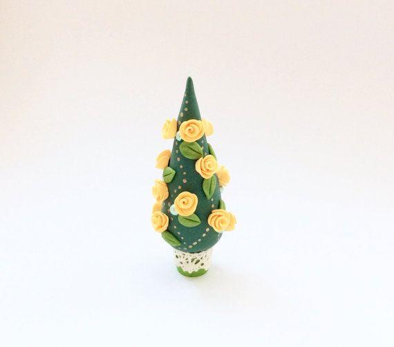 Un albero di Natale in miniatura con rose e cuori fatti a mano da Fimo nei colori pesca e verde. Lornamento misura 3 & 1/2 pollici (8,9 cm) e renderebbe un grazioso alberello di Natale per una casa delle bambole o potrebbe essere utilizzato come decorazione carina per un ripiano, armadio o una scrivania.  Fatto con amore dellartista Fizzy. Se ci sono delle domande che avete su questo elemento quindi vi prego di contattarmi.  Questa voce è pronta fatta e pronta per nave.
