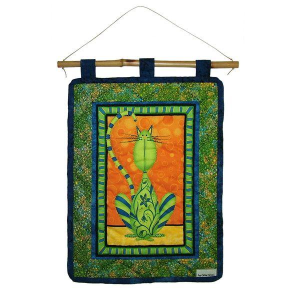 mini painel de tecido  tecido central com estampa de gatinho  tecidos importados  vareta de bambu acompanha o painel  29 cm de largura x 39 cm de altura  linda peça de decoração para sua casa! R$ 90,00