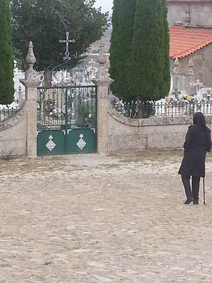 La vieille dame qui s'est cachée derrière le muret du cimetière pour m'observer. Gralhas (près de Montalegre). Nord du Portugal 2013