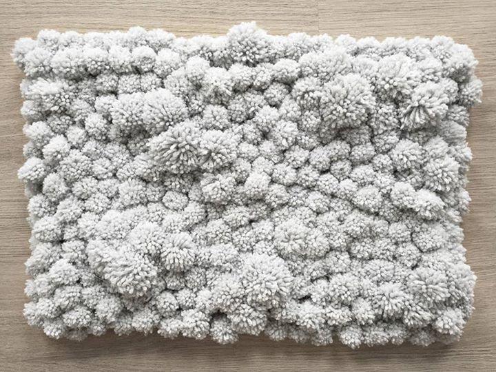 DIY pompom rug / tapis de pompoms More