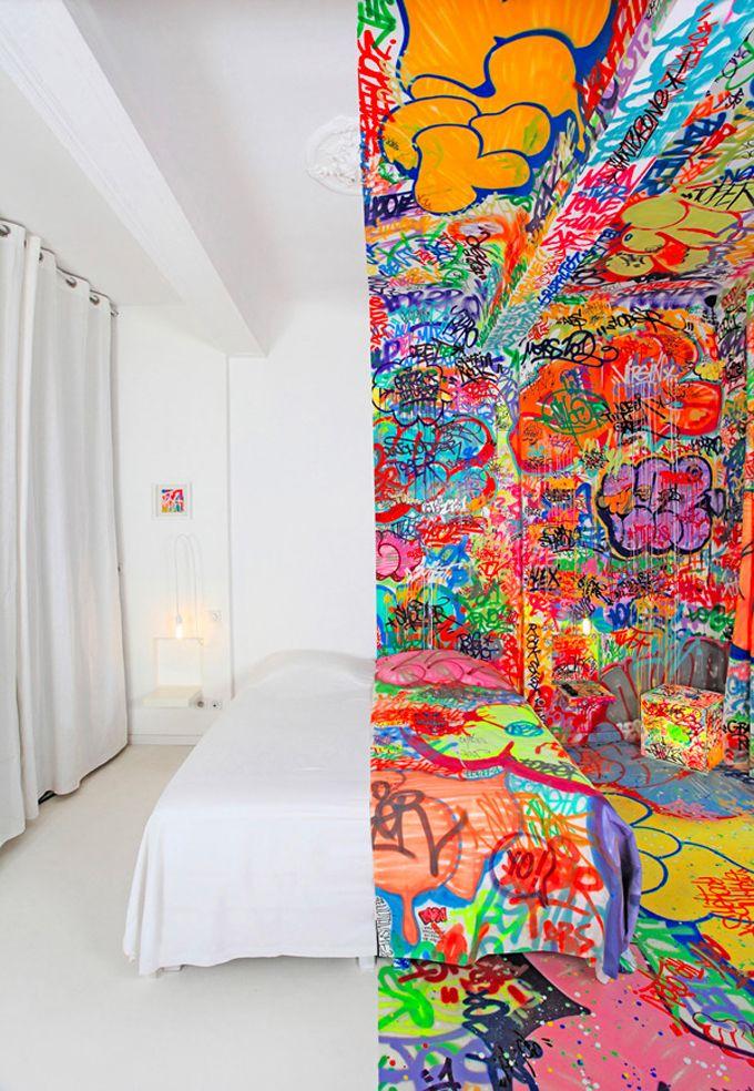 """PANIC ROOM - O street artist Tilt participou de um projeto bem bacana com o hotel francês Au Vieux Panier. O hotel convida artistas anualmente para customizar alguns quartos. Nesse projeto, que foi intitulado de """"Panic Room"""",  o artista dividiu o ambiente ao meio e criou dois contrastes incríveis entre graffiti e o branco maculado."""