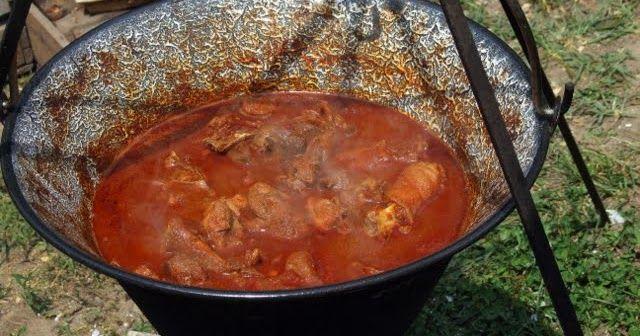 Hozzávalók: 1 szép nagy kakas feldarabolva füstölt szalonna (kb 15 dkg) 3 nagy fej vöröshagyma néhány gerezd fokhagyma 2-3 evőkanál éde...