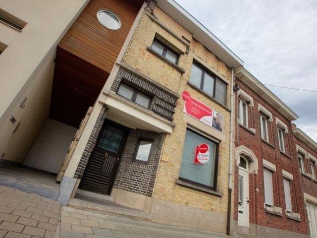 Huis te koop in Roeselare - 198 000 € - Logic-immo.be - Instapklare, knusse woonst met optimale bereikbaarheid.  Woonst omvat:  GELIJKVLOERS: inkom - mooie, ingerichte woonkamer - eetkamer - keuken - tuin met terras en tuinberging.  EERSTE VERDIEPING: 2 ru...