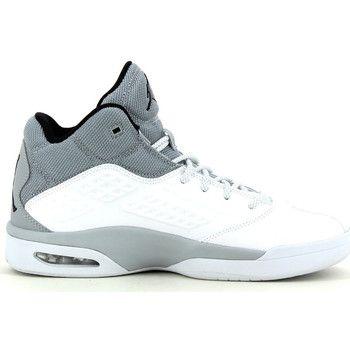 Een trend in sportschoenen die al enige tijd 'in' is, zijn basketbalschoenen. Niet enkel bij de sportieve jongens onder ons, die ook effectief basketten als sport beoefenen