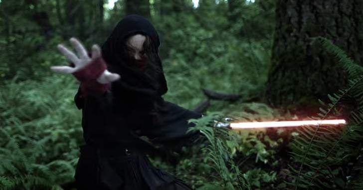 O filme de sete minutos é dedicado a atriz Carrie Fisher, que interpretou a General Leia na franquia e faleceu em dezembro do ano passado. Dirigido porJason Satterland,The Force & The Fury retratauma relação de amor e ódio. No filme, a nave de um Jedi é sabotada e ele acaba sendo perseguido por uma misteriosa …