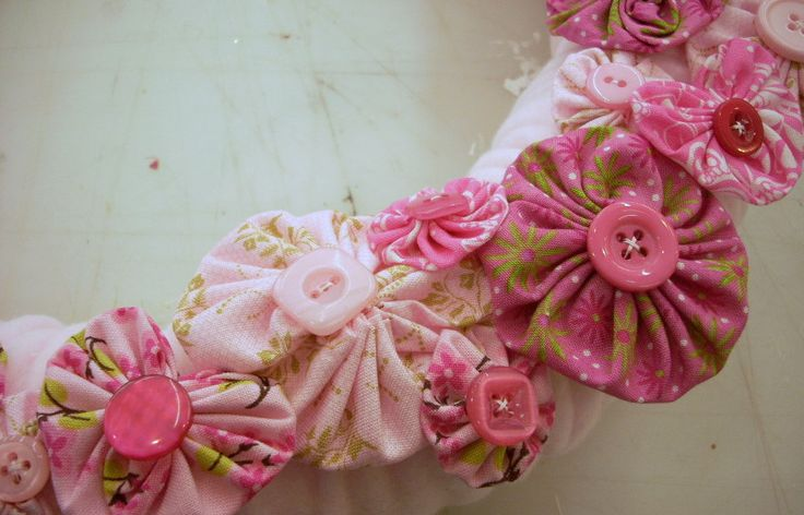 Shabby Chic Craft Ideas | Fleece, Yo-Yo's and Buttons on a Valentine's Day Wreath ...