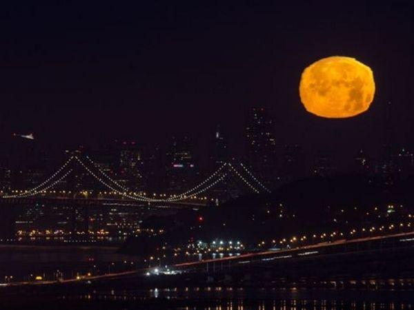 Luna en Bay Area.   La luna llena se eleva por encima del puente de San Francisco Bay en la noche del 22 de junio.