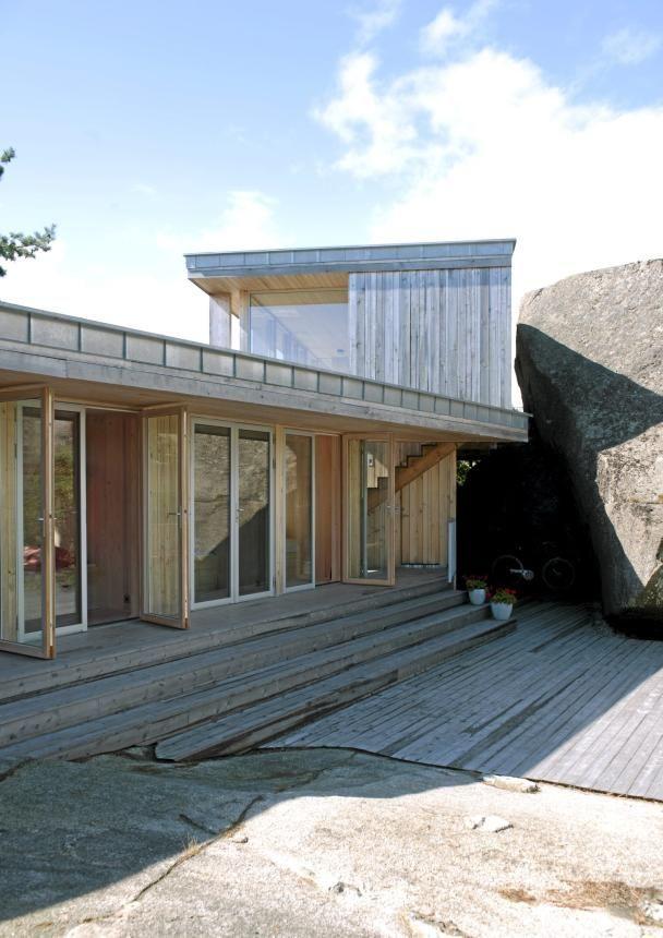 TO ETASJER, MEN IKKE RUVENDE: Selv om hytta løper over to nivåer, har bygningen en diskret framtoning i terrenget. © Foto: Espen Grønli