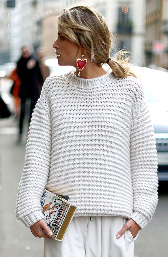 street style HelenaBordon com look total white usando tricot branco, calça branca, clutch livro e brincos coração Helena Bordon para LOOL em Milão durante a Milan Fashion Week.