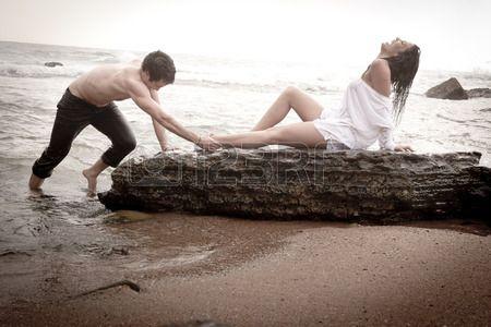 Giovane bella coppia sexy in amore flirt in spiaggia Archivio Fotografico