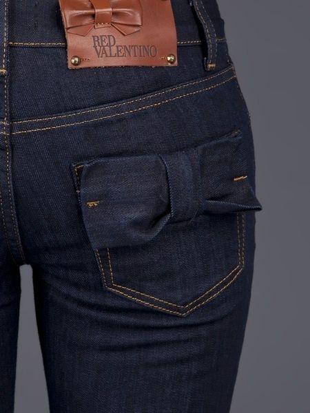 Blue Bow Pocket Jeans Los jeans con adornos en los bolsillos traseros, visualmente crean volumen.
