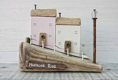 SUBIDA DEL PUERTO  Obras de arte originales hechas a mano por DriftwoodSails   Dos casas rurales costeras vecinas, situado junto en la grada, con vistas al puerto. Esta escultura de madera ha sido cuidadosamente hechos a mano utilizando madera recuperada, madera natural, pintura de tiza, recuperados clavos, alambre, Kentish tiza.  Arte costero encantador que hace una gran adición para la decoración de su hogar, casa costera o un regalo especial para alguien.  Medidas 13.5 x 11.5 x 5 cm…